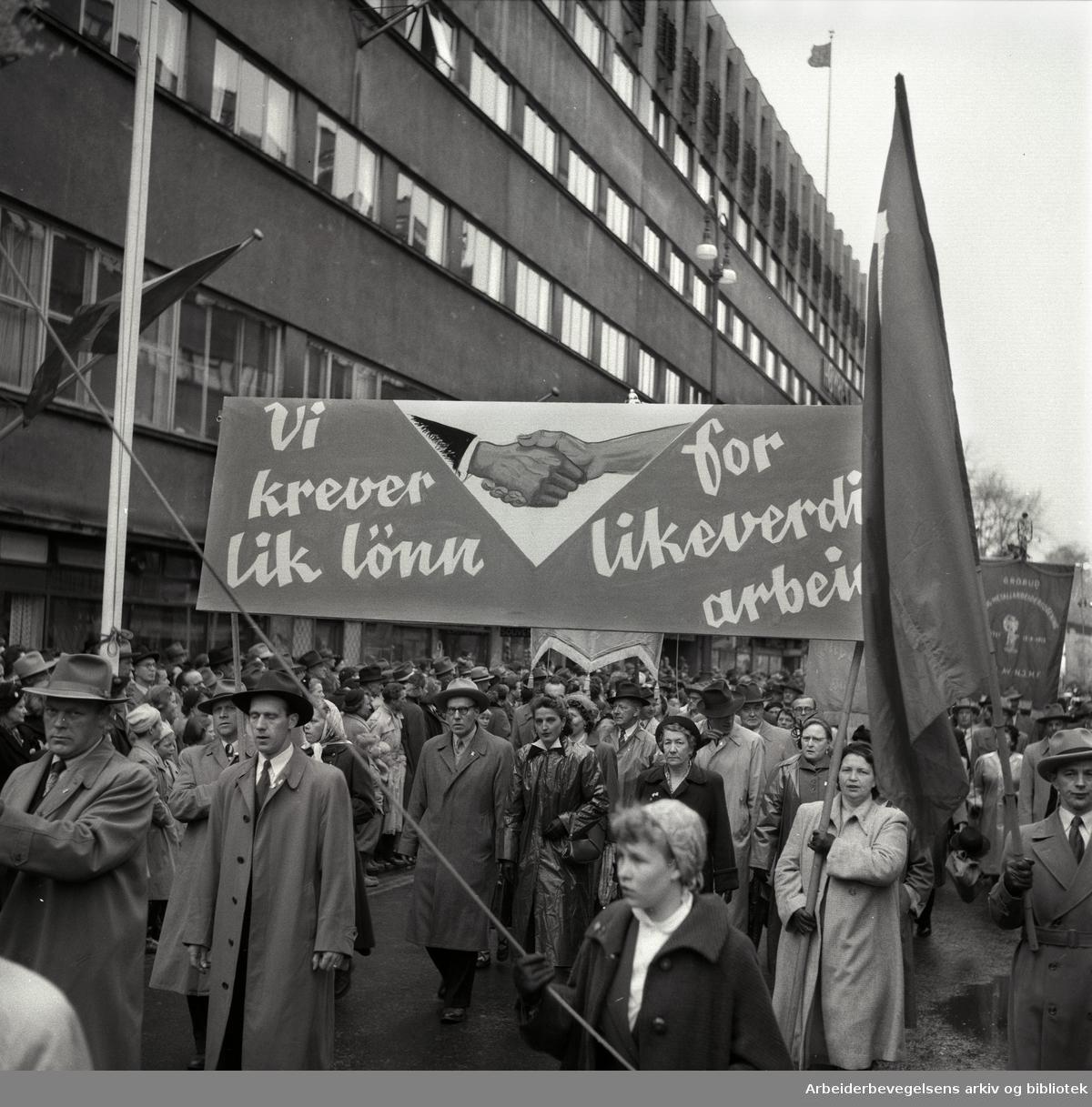 1. mai 1954 i Oslo.Demonstrasjonstoget.Parole: Vi krever lik lønn for likeverdig arbeid...