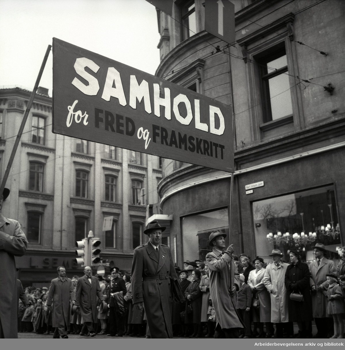 1. mai 1954 i Oslo.Demonstrasjonstoget.Parole: Samhold for fred og framskritt.