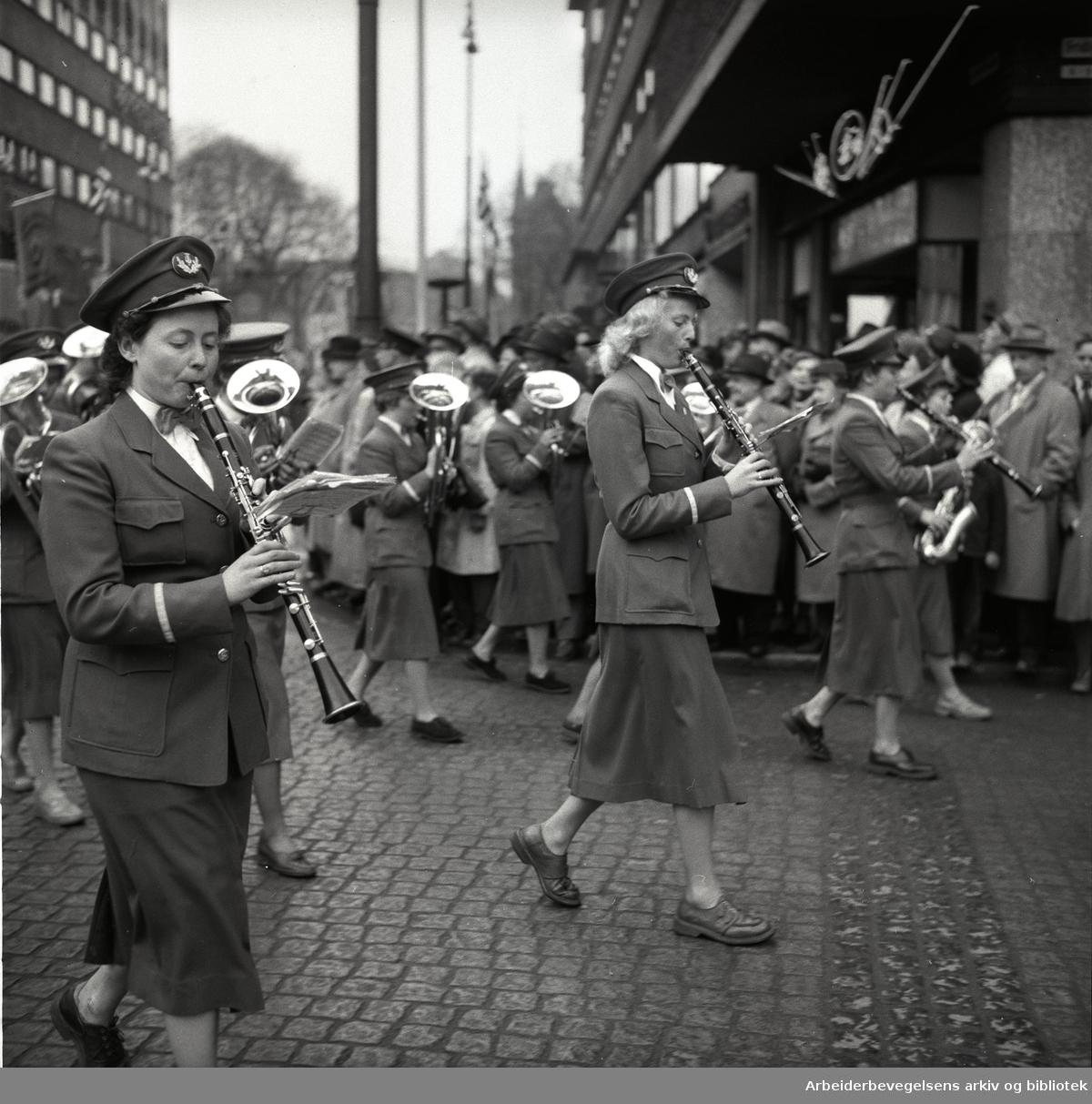 1. mai 1954 i Oslo.Demonstrasjonstoget..