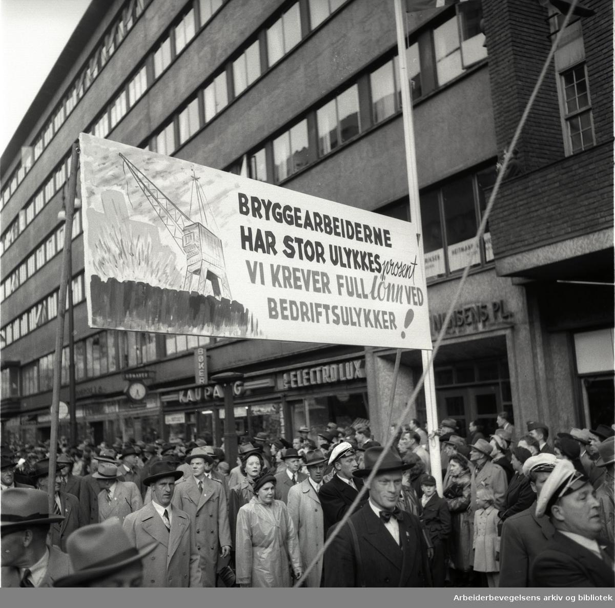 1. mai 1954.Demonstrasjonstoget.Parole: Bryggearbeiderne har stor ulykkesprosent.Vi krever full lønn ved bedriftsulykker!