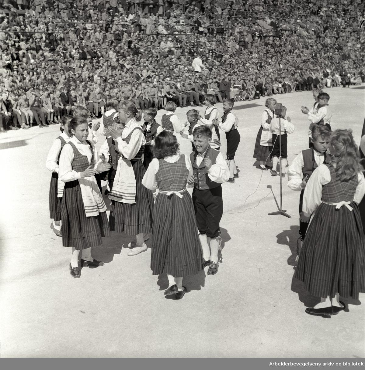 1. mai 1957 i Oslo.Framfylkingens stevne på Jordal Amfi.Leikarring fra Kjelsås framlag..