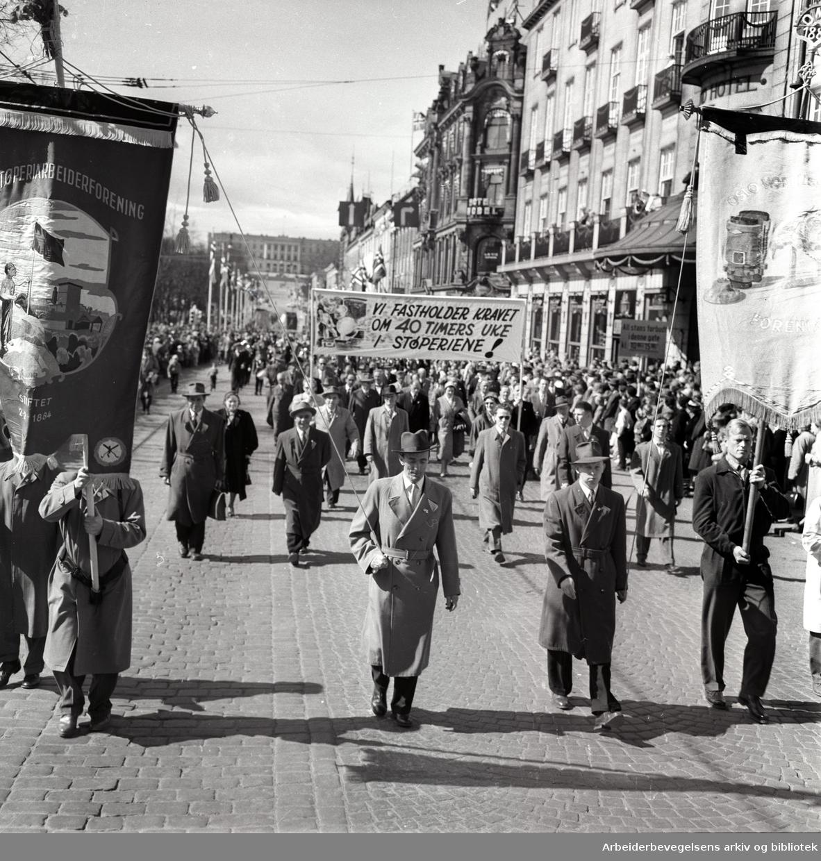 1. mai 1958 i Oslo.Demonstrasjonstoget på Karl Johans gate.Fane: Oslo Støperiarbeiderforening.Fane: Oslo Modellsnekkernes forening.Parole: Vi fastholder kravet om 40 timers uke i støperiene!.