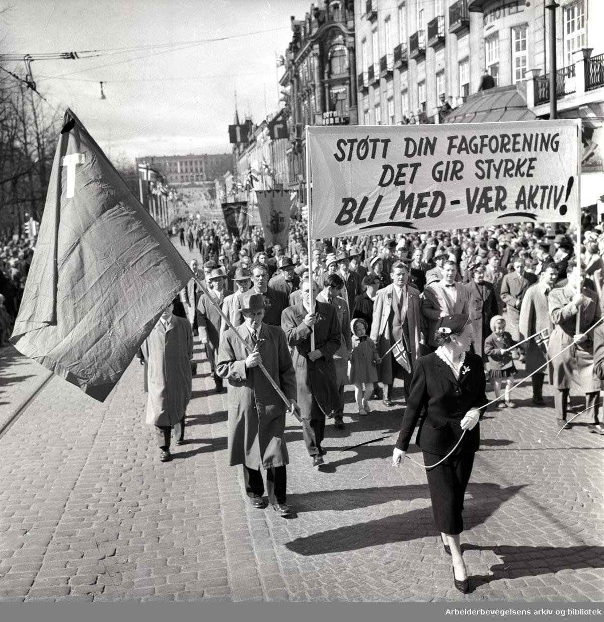 1. mai 1958 i Oslo.Demonstrasjonstoget på Karl Johans gate.Parole: Støtt din fagforening.Det gir styrke.Bli med - Vær aktiv!