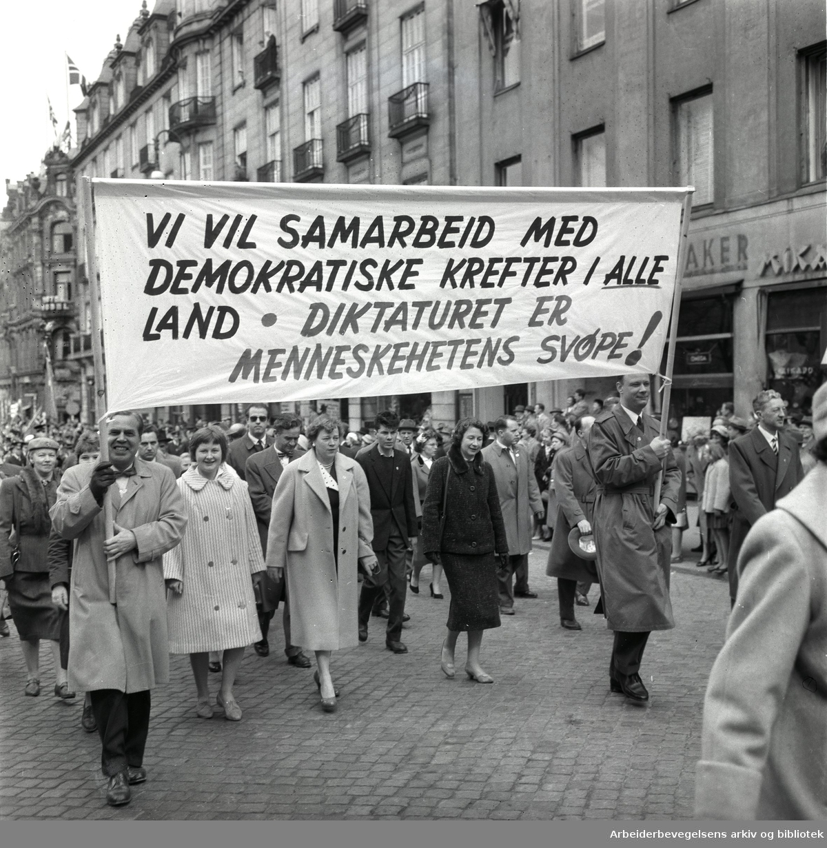 1. mai 1959 i Oslo.Karl Johans gate..Demonstrasjonstoget..Parole: Vi vil samarbeid med demokratiske krefter i alle land - Diktaturet er menneskehetens svøpe!.....