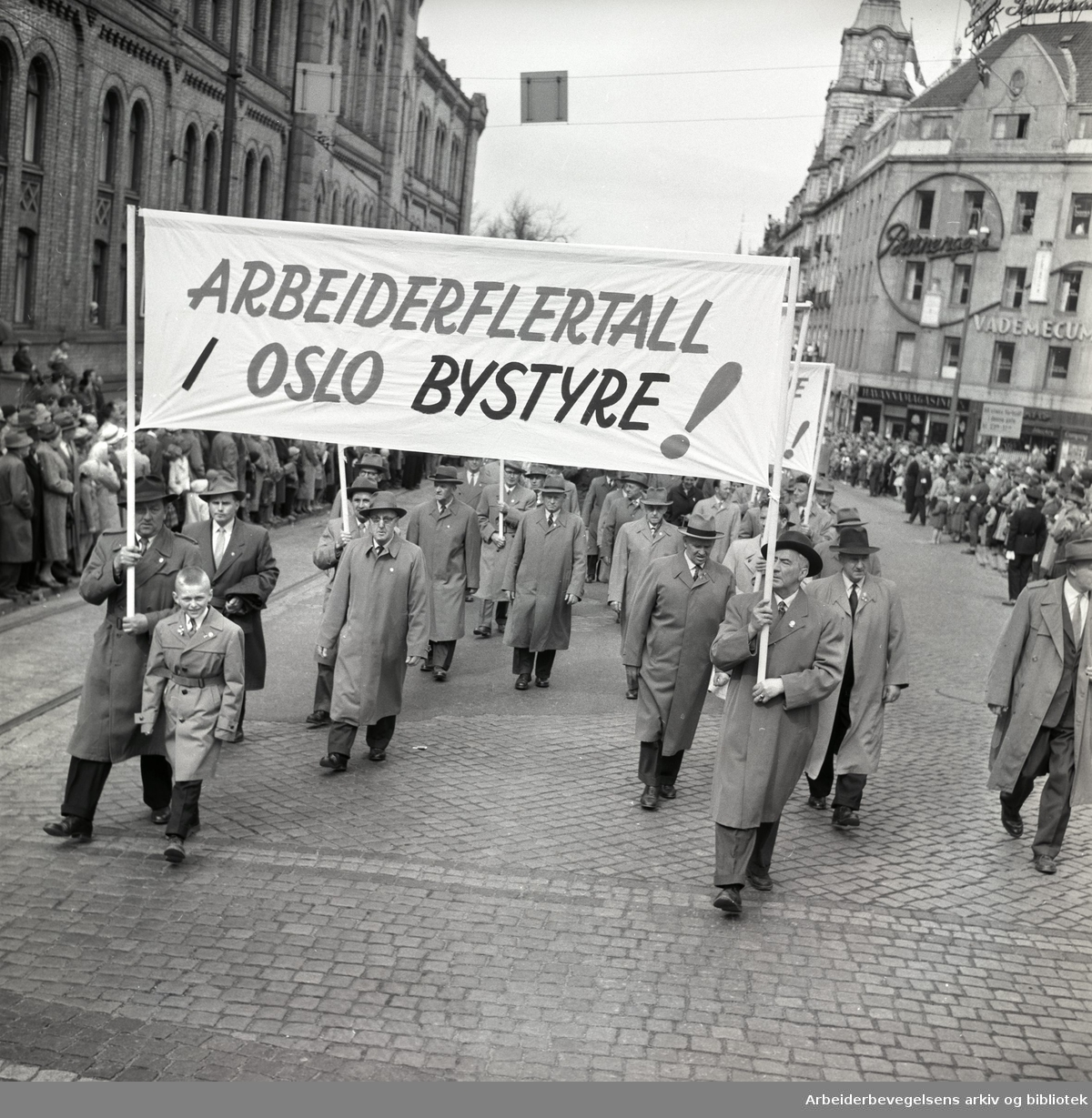 1. mai 1959 i Oslo.Karl Johans gate..Demonstrasjonstoget..Parole: Arbeiderflertall i Oslo bystyre!....
