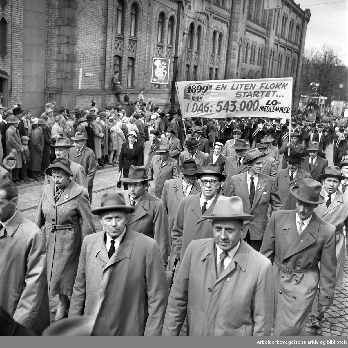 1. mai 1959 i Oslo.Karl Johans gate..Demonstrasjonstoget..Parole: 1899 en liten flokk....i dag 543.000 LO-medlemmer....