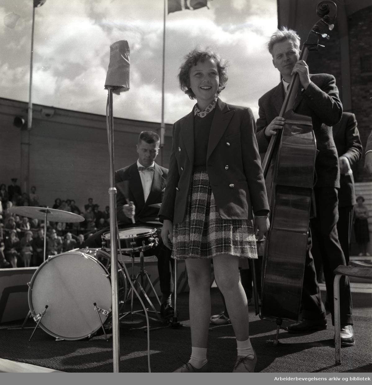 "1. mai 1960 i Oslo.Framfylkingens arrangement på Jordal Amfi.""Lille Grethe"", .Grethe Nilsen.Grethe Kausland underholder..."