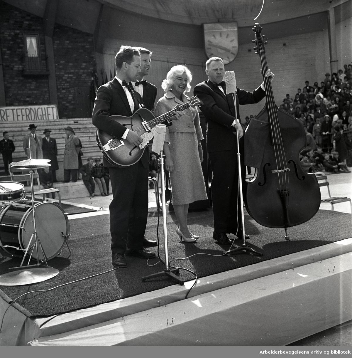 1. mai 1960 i Oslo.Framfylkingens arrangement på Jordal Amfi.The Monn Keys: Oddvar Sanne, Per Asplin, Sølvi Wang og Arne Bendiksen...