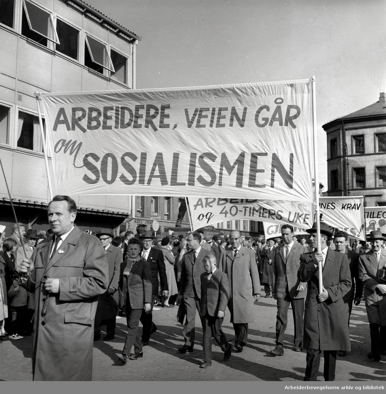 1. mai 1961, kommunistpartiets demonstrasjonstog på Youngstorget. Parole: Arbeidere, veien går om sosialismen.