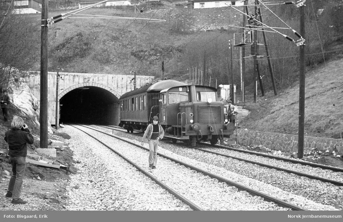 NJK medlemstur i Lieråsen tunnel - skiftetraktor Skd 220.181 med utfluktstoget utenfor tunnelen