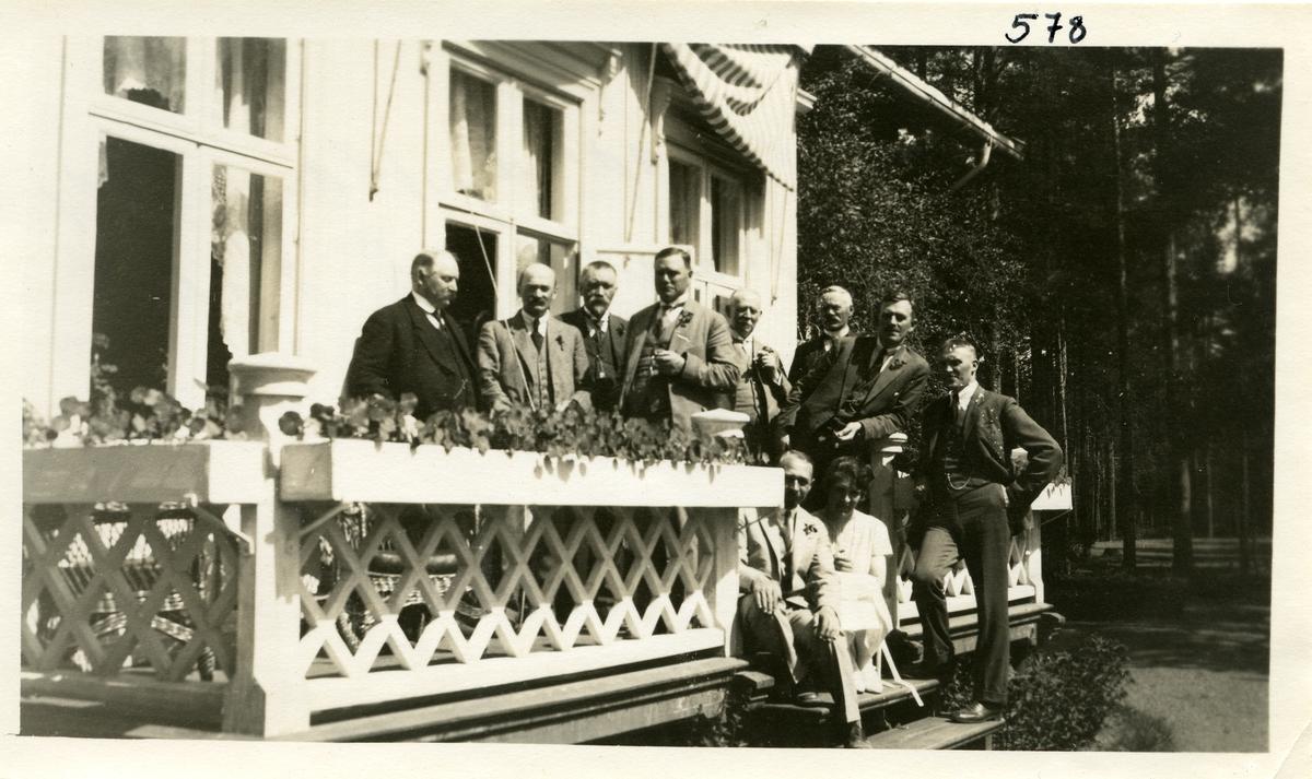 Ni menn og en kvinne oppstilt på terrassen på et hotell på Labro, Kongsberg 26.06.1925