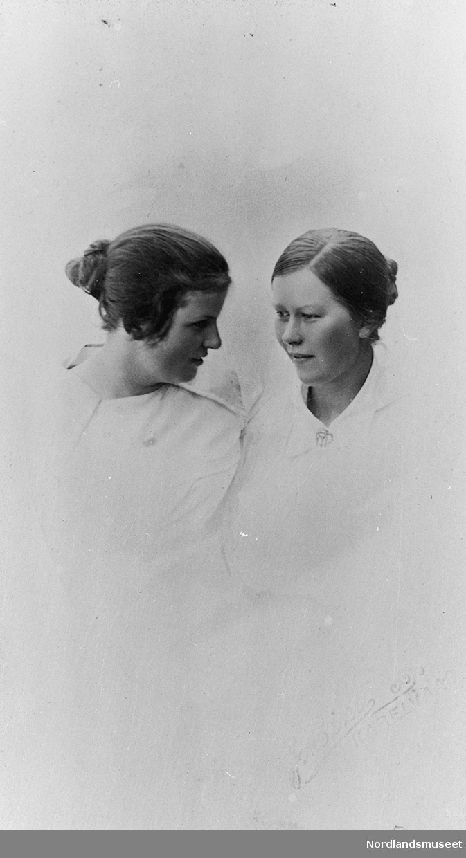 Fagfoto av 2 kvinner begge har lyse bluser og oppsatt hår.