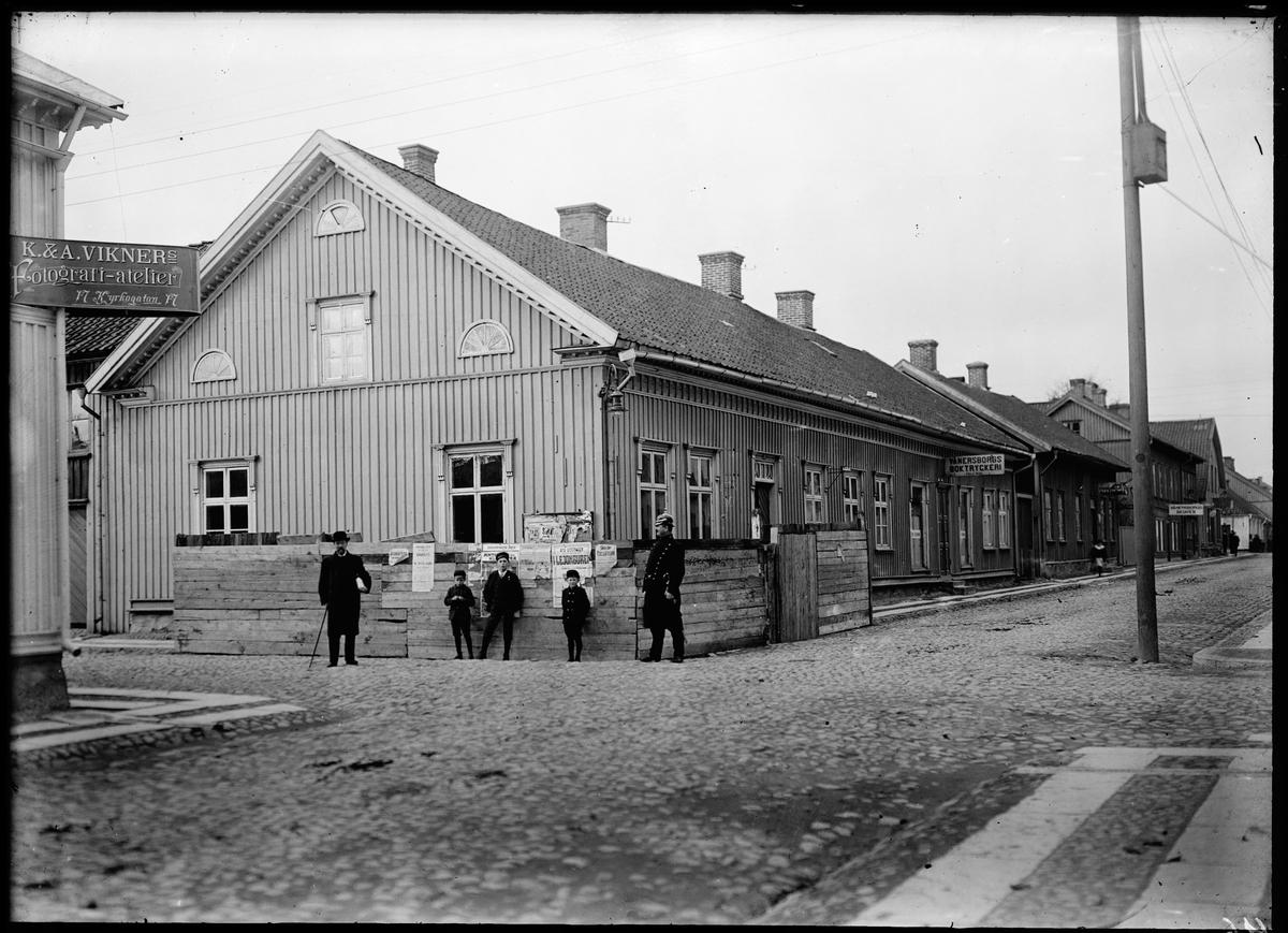 Vänersborg, Kyrkogatan - Sundsgatan 23, A M Lindels hus samt polis Gadd.