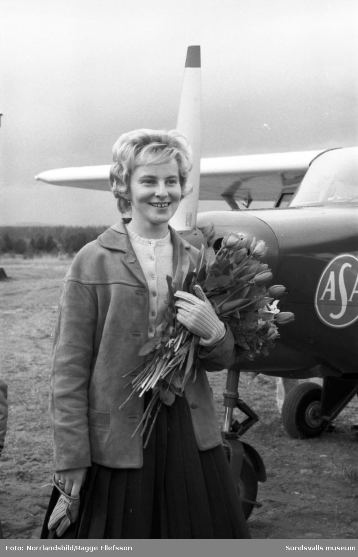 Inger Eriksson, Sveriges yngsta flygarflicka, flög mellan Jönköping och Midlanda, där hon välkomnades med stora famnen. Reportage för Dagens Nyheter.