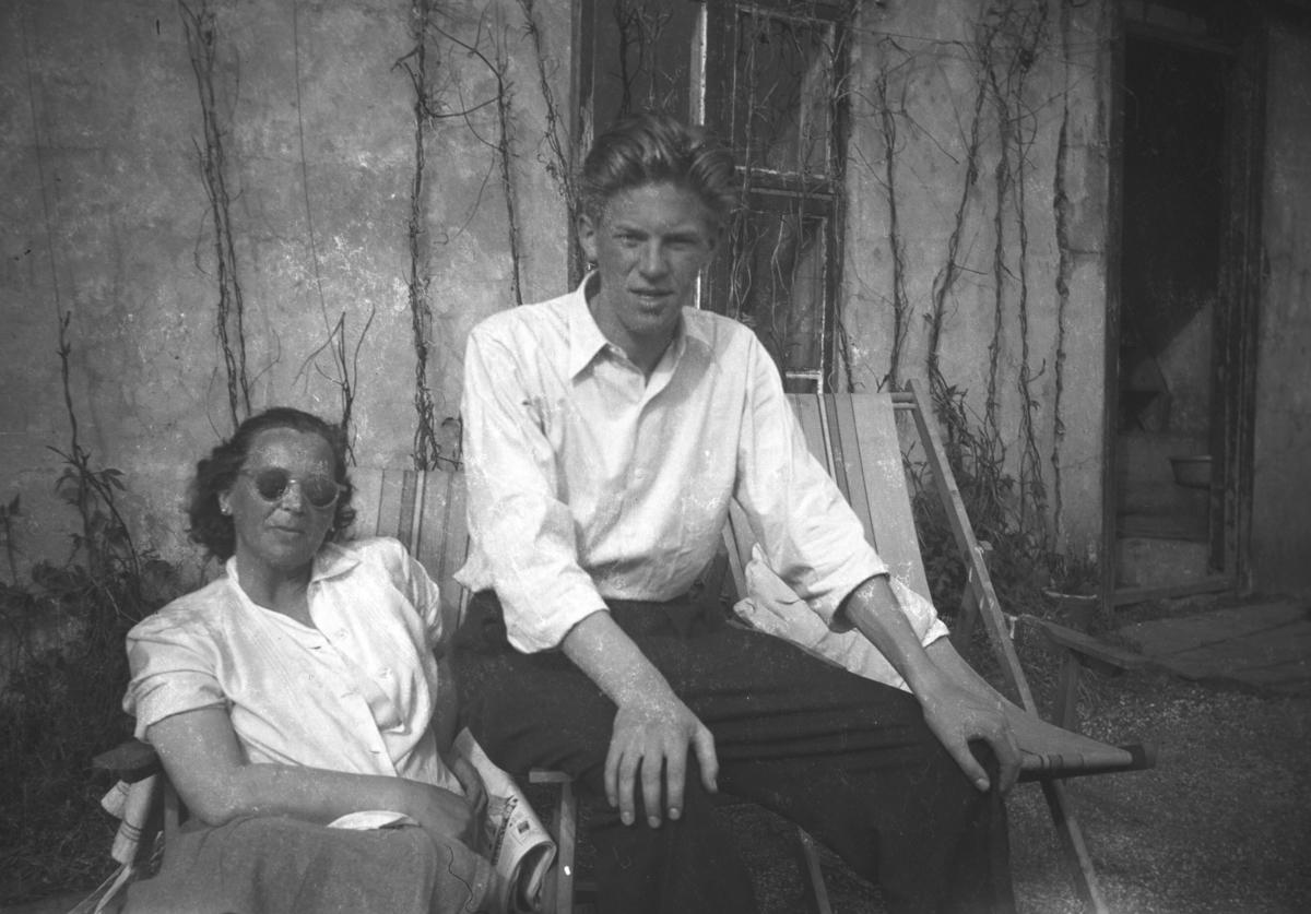 Frida og Tor Hauge sitter i to hagestoler. Stedet er ukjent, men kan være Vadsø.