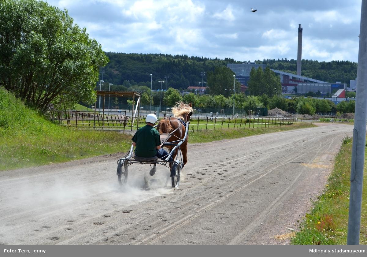 Åby Stallbacke inför rivning 2011. Träningsbanan runt Åby.   Åby travbana planeras att bara användas som en tävlingsbana varför stallarna på stallbacken avvecklas och rivs. Efter rivningen är området planerat för 735 bostäder i flerbostadshus och radhus med olika upplåtelseformer.