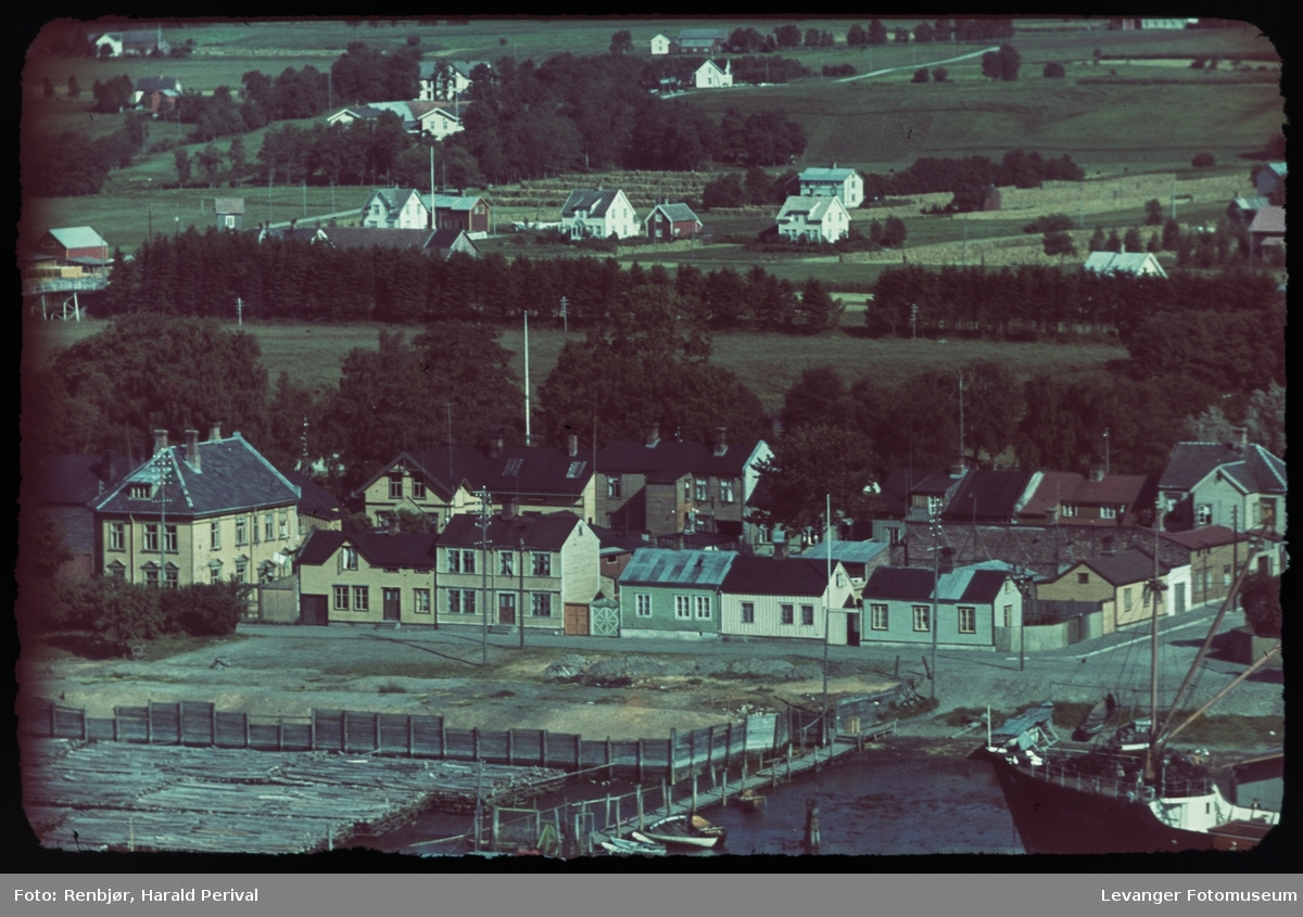 Sjøgata tatt fra Staupshaugen på Nesset.