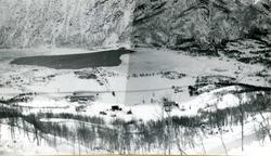 Vannkraftutbygging, utsikt over brakker og vatn.