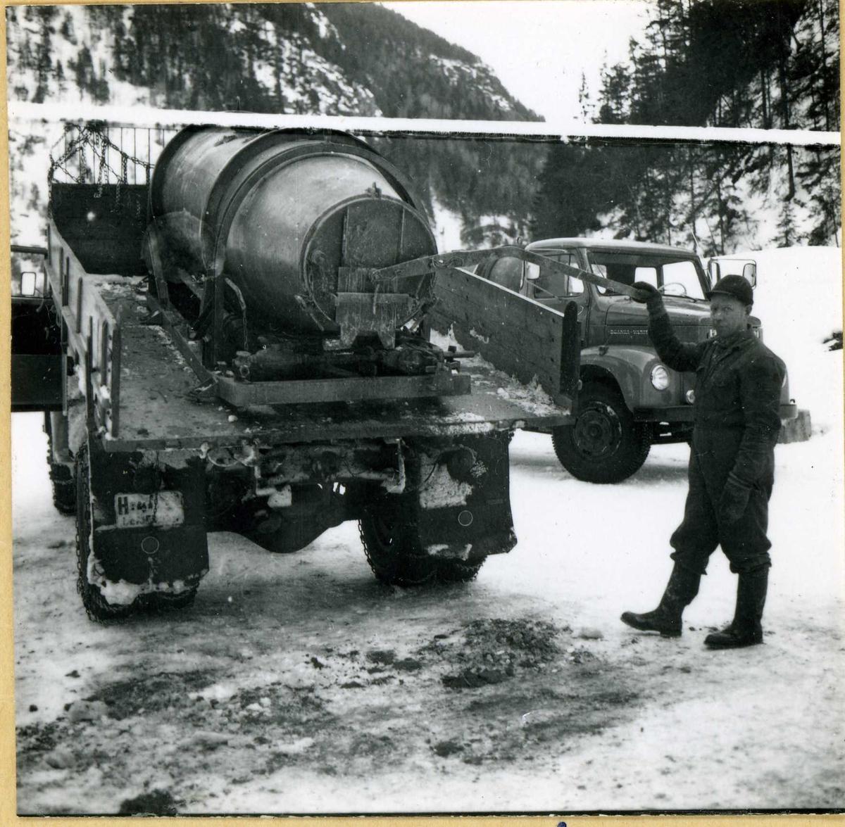 810-1 Olav Midtgarden ved lastebil Lio