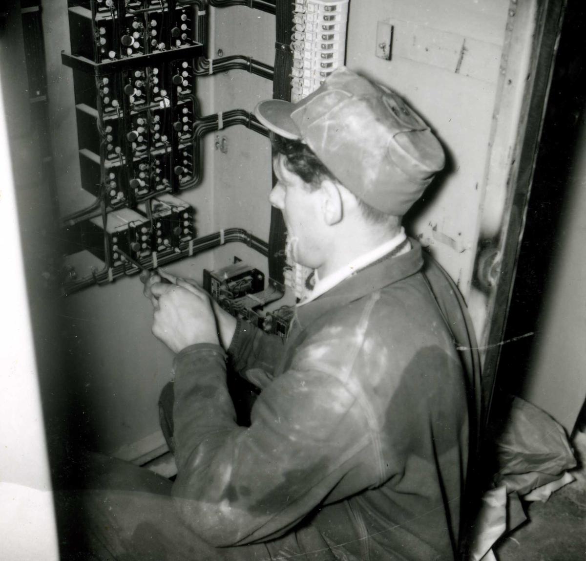 183-6 Person i arbeid i Hyllandsfoss kraftverk