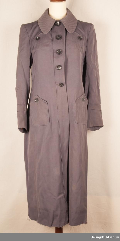 Kåpen er pyntet med mange stikninger og lommer