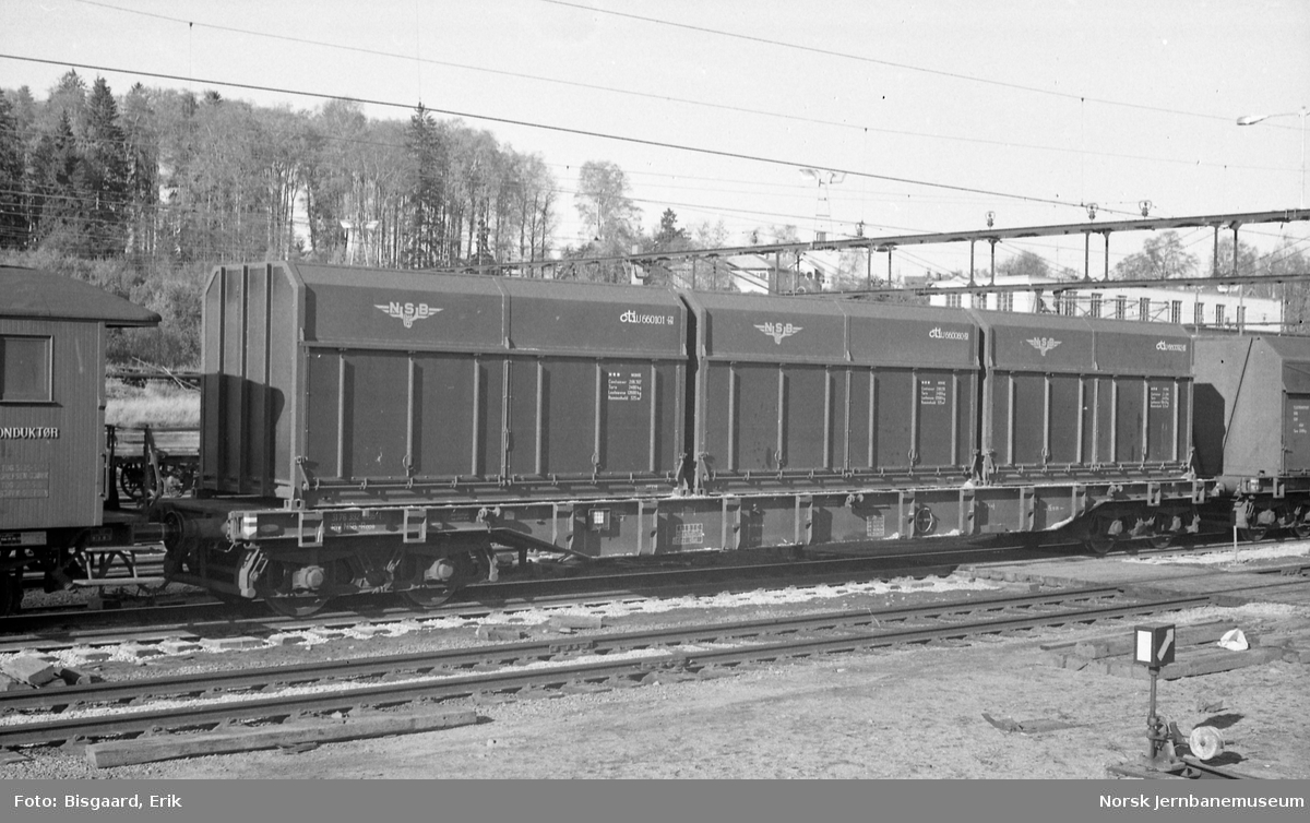 Plattformvogn litra Rgps med fliscontainere på Ski stasjon
