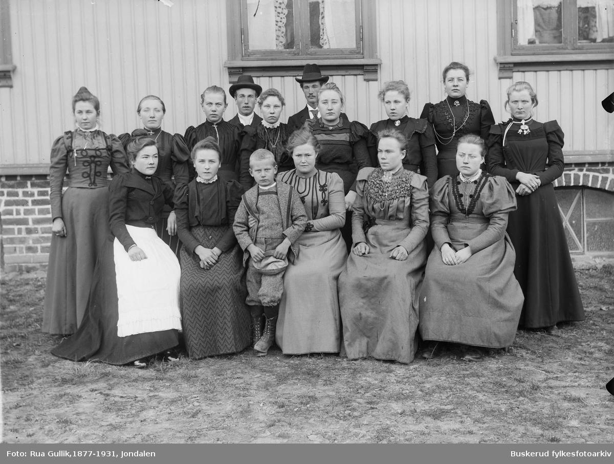 Sanssouci . Buskerud Amt. Praktiske jenteskole Skotselv. Bak til venstre: Marit Gilliksd. Rua (1879-1959) Nr 2 fra høyre bak: Johanne Gustava Løka (1882....) Nr 2 fra høyre foran: Tora Eilefsd. Vollan (1881-1968) Disse 3 er fra Jondalen. Foto Skotselv ca. 1900