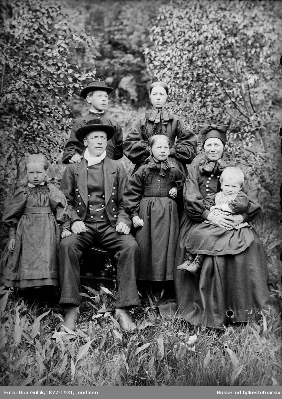 Kittil Gulbrandsen Landeflata (Dyrebu) (1858-1937) og kona Berit Hlvorsd. Toen (1861-1933). Barn: Jøran(1883-1931), Kittil (1886-1969) , Ingeborg 81890-1981), Berit (1894-1912)og Halvor (1897-1979) Flesberg 1899