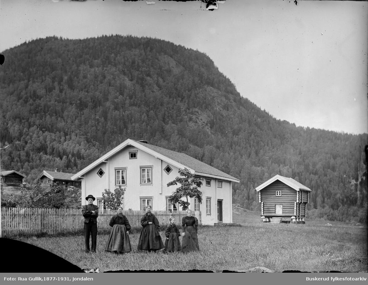 gården til Hellik Thon i Numedalen Hellik H. Toen (1862-1911) Kona heter Kari Olsd. Fjøse (1863-1932) tre ukjente til høyre.