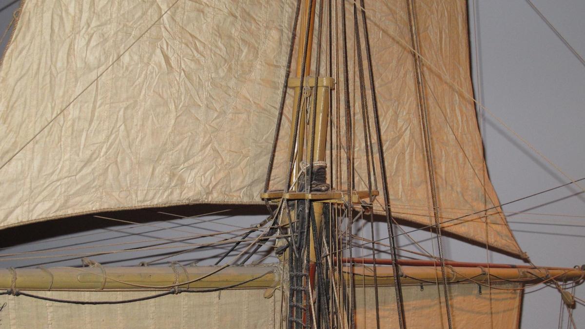Undervisningsmodell av fregatten Josephine, fullriggad med segel, flagga och vimpel. Utan undervattenskropp. Galjon förgylld sköld med hertigs krona. I skölden en stjärna och 1/10 1836. Svartmålad med vitt bälte. Undermaster och rår samt bogspröt är gulmålade. 12 metallkanoner, nr 8,9,10 saknas. Modellen är tillverkad 1836 i Karlskrona som undervisningsmodell för matros-, kanonier- och artilleribåtsmanskorps vid exercisskolan. 1907 överfördes den till Modellsamlingarna i Stockholm. Undergick reparation och översyn 1909. Tillhörande båtar: Barkass, 16huggare, modell i ett stycke med inredning i skrov, vitmålad med brun reling. Längd överallt 810 mm. Låringsbåtar, 2 st tiohuggare, bordlagda på spant, kravell, med inredning, roder med rorkult. 10 st åror, 2 st båtshakar. Längd 610 mm.