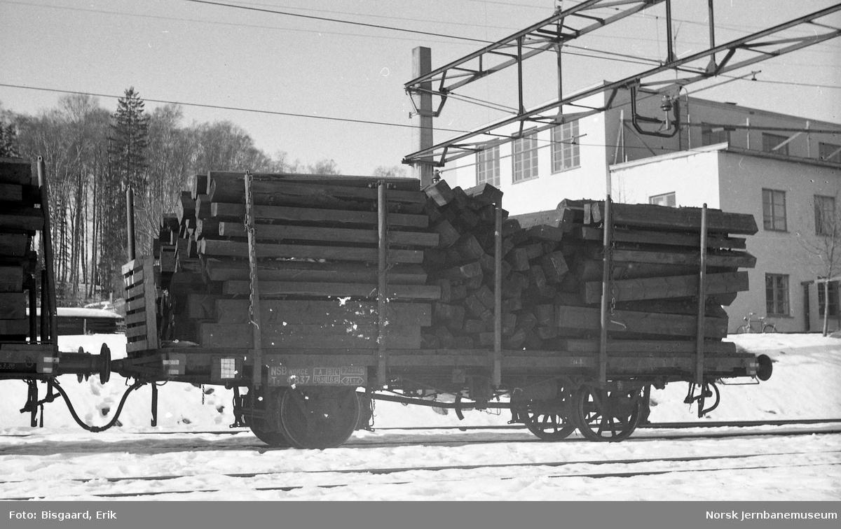 Plattformvogn litra T3 nr. 4837 lastet med sviller på Ski stasjon