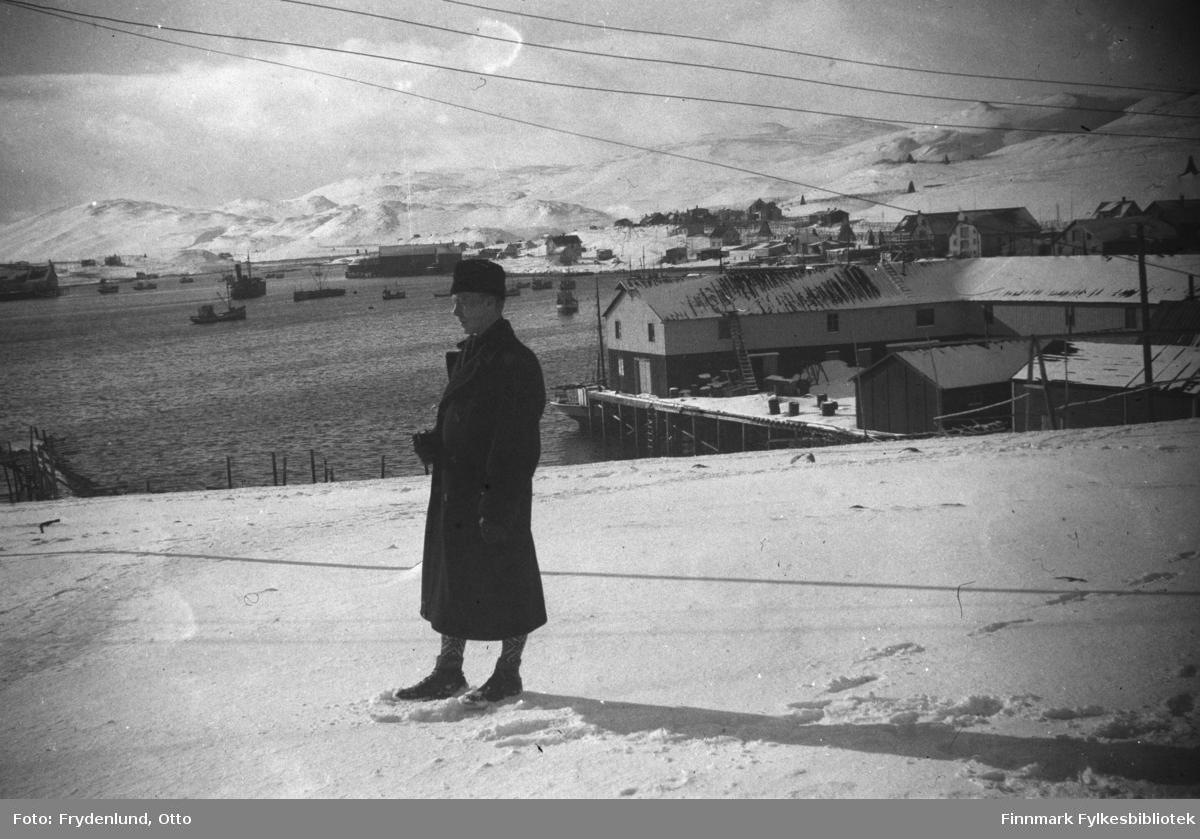 Ukjent mann fotografert i et fiskevær i Finnmark, muligens er dette tatt i Båtsfjord før Foma ble til (fyllingen mellom holmen og været).