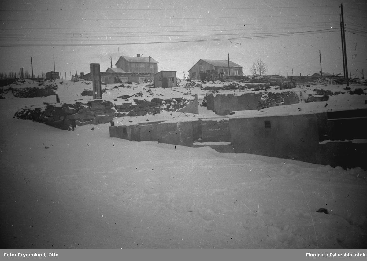 Ruiner og gjenreisningshus i Vadsø sentrum. I flg bildeteksten er bildet tatt i Tollbugata og oppover