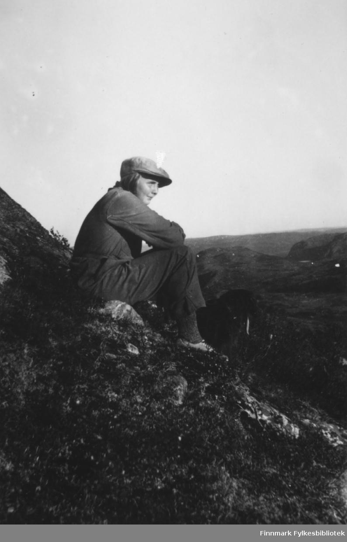 Portrett av Ella Gunnari med hund, sommeren 1935.