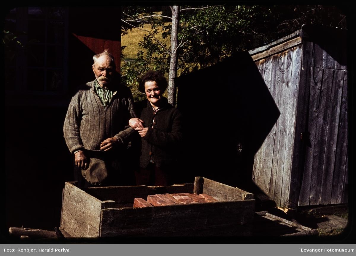 Nils Nordli  og Grethe Renbjør ved hyttta til Harald Renbjør.