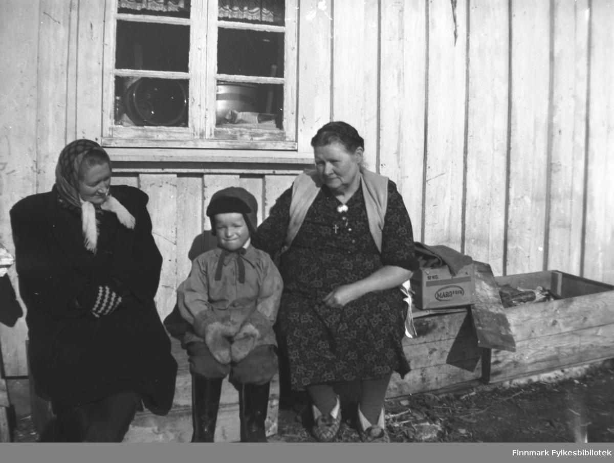 Fra venstre: Marine Smuk, Sture Olsen Lie og Kathinka Mikkola. Marine var tante til Sture og Kathinka var hans bestemor