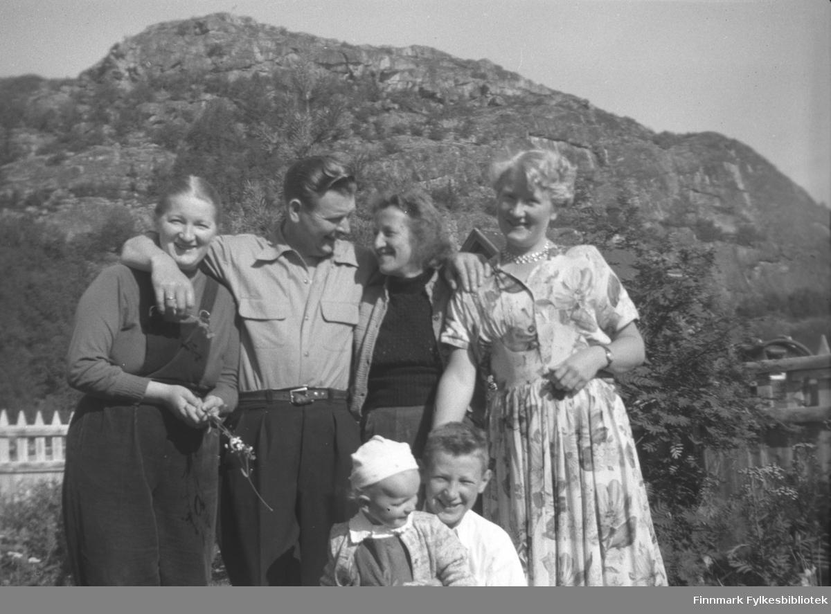 Jan Yttergård med familie på besøk hos hans søster Kathinka Mikkola på Mikkelsnes. Fra venstre: Gudrun Mikkola, Jan og Peggy Yttergård, Herlaug Mikkola. Foran sitter barna Randi og Willy Olsen