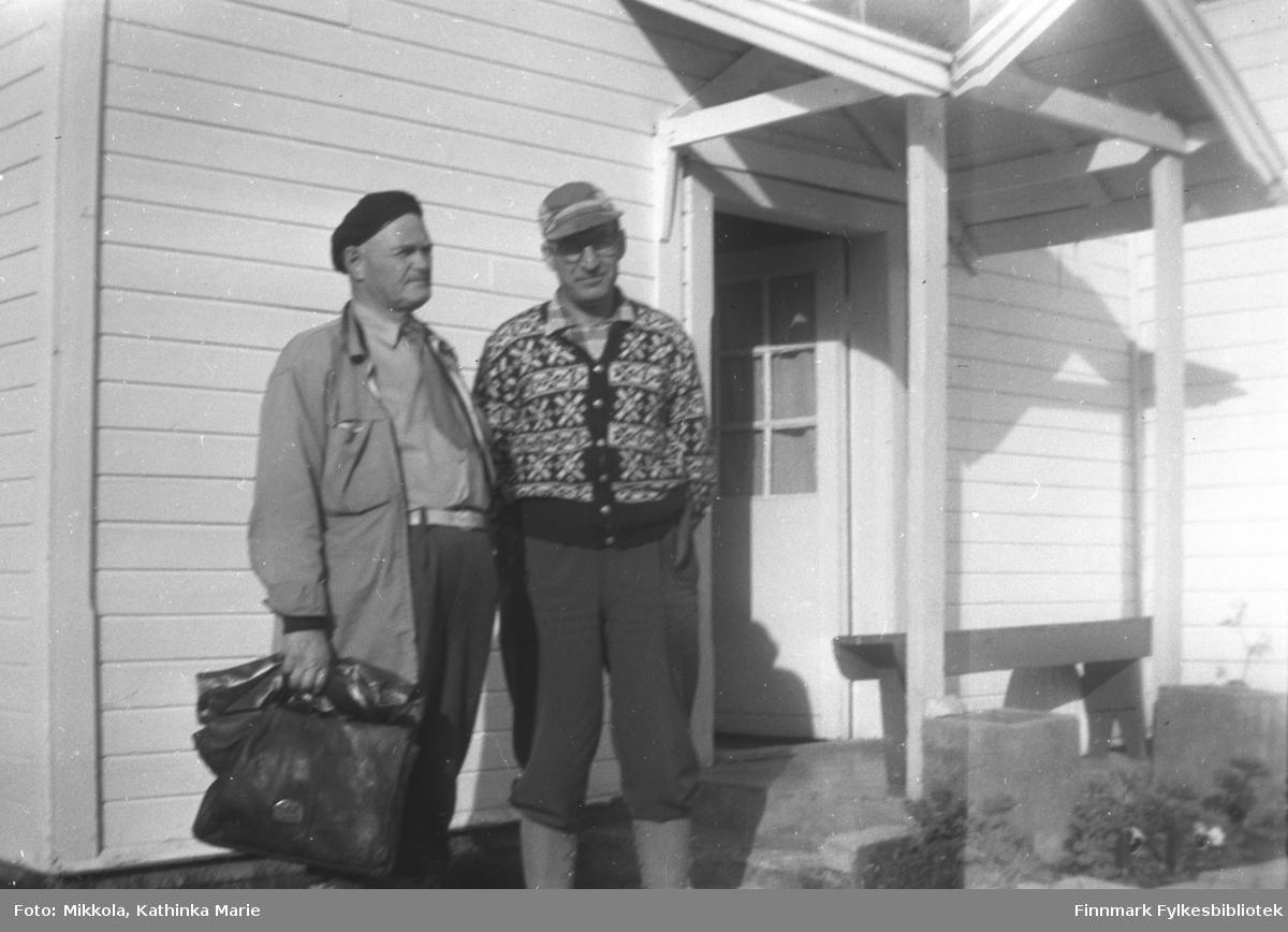 Offisielt besøk på Mikkelsnes. Mannen til venstre: Lensmann Jensen. Mannen til høyre ukjent. Jensen kom med egen båt til Mikkelsnes