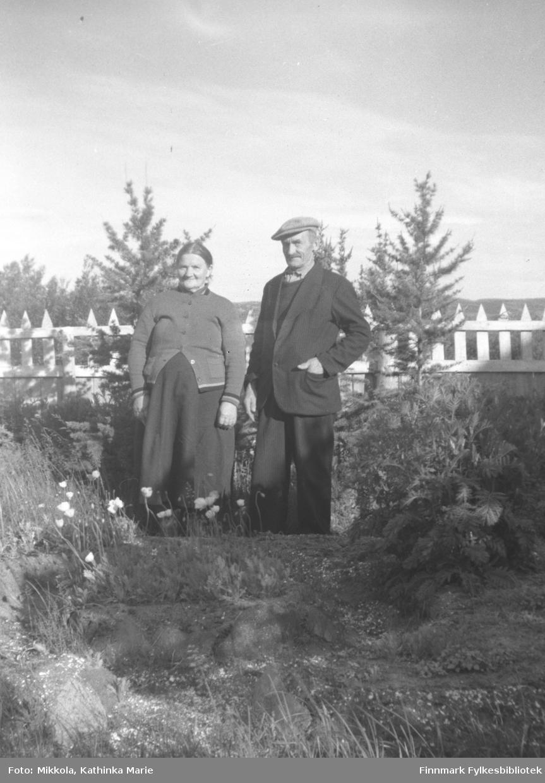 Esaias og Elida Kurthi fotografert i hagen på Mikkelsnes. Elida var søster til Aksel Konrad Mikkola og svigerinne til Kathinka. Bildet er tatt ved samme anledning som 05007-126