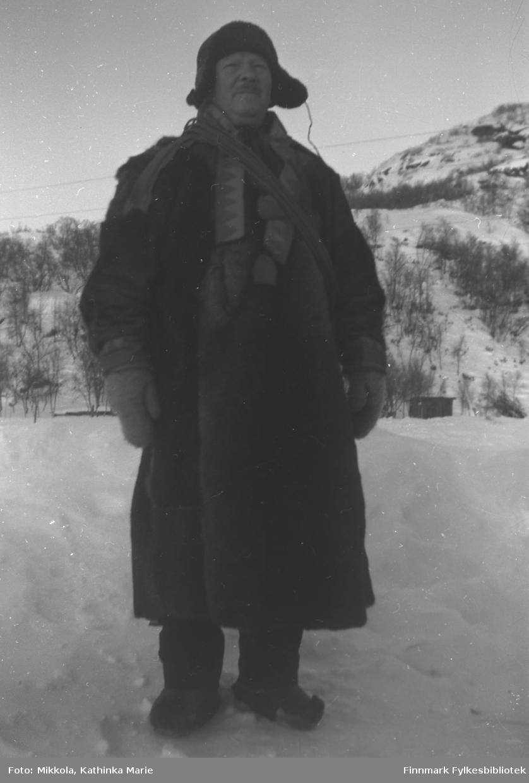Aksel Konrad Mikkola i pesk, skinnlue og skaller. Pesken er pyntet med samiske border