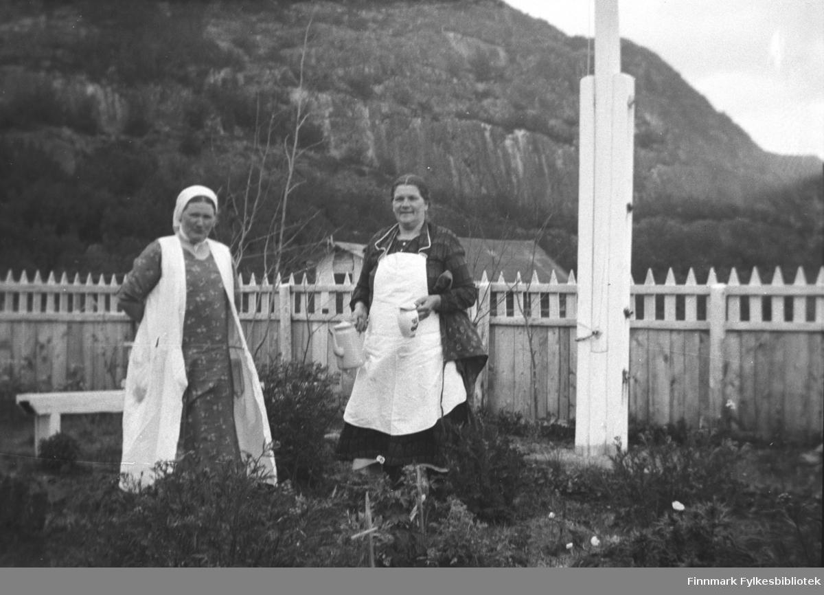 Kathinka Mikkola (til venstre) og Amanda Olsen Lie i hagen på Mikkelsnes