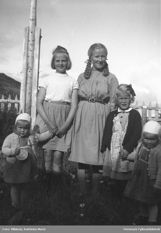 Gruppebilde en sommerdag i hagen på Mikkelsnes. Fra venstre Unni Mikkola, Randi Aarvik (Vardø), Herlaug Mikkola, Ruth Mikkola og Lilli Mikkola. Bildet er tatt ved samme anledning som 05007-448