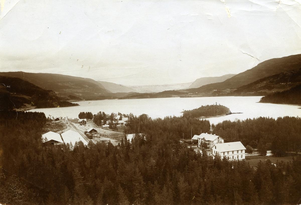Fagernes ca. 1910. Jernbanestasjonen til venstre,Fagernes hotell til høyre for den. Fagerlund hotell nederst til høyre