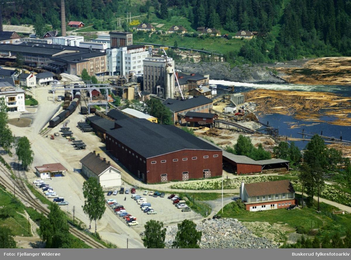 Follum fabrikker 1961 Fabrikken ble grunnlagt som Follum træsliberi i 1873 og byttet senere navn til Follum fabrikker. Fabrikken og området har fått navn etter storgården Follum som ligger på høyden vest for elva og fabrikken.  Opprinnelig lå det flere papirfabrikker rundt fossene i Ådalselva nord for Hønefossen. Den første fossen kalles gjerne Nedre Hofsfoss eller Follumfossen. Den neste øvre fall i Hofsfossen. Follum træsliberi og Hofsfos træsliperi og Papirfabrikk lå opprinnelig på vestsiden av den første fossen, mens tidligere Hofs Brug lå på østsiden av samme fossen. Etter hvert ble imidlertid disse fabrikkene slått sammen, og slik oppsto Follum fabrikker, som i 1989 fusjonerte med Norske Skogindustrier og Tofte Industrier. Deretter ble navnet Norske Skog Follum.