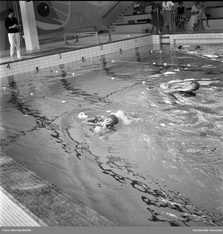Flickskolans elever lär sig livräddning i Timrå simhall.