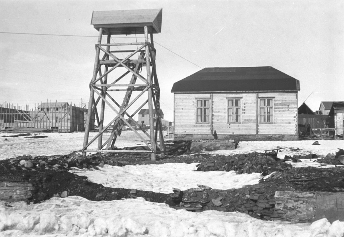 Bilde fra Midtbyen i Vadsø i gjenreisningstiden. Til venstre på bildet står klokketårnet og litt til høyre for det står bedehuset.