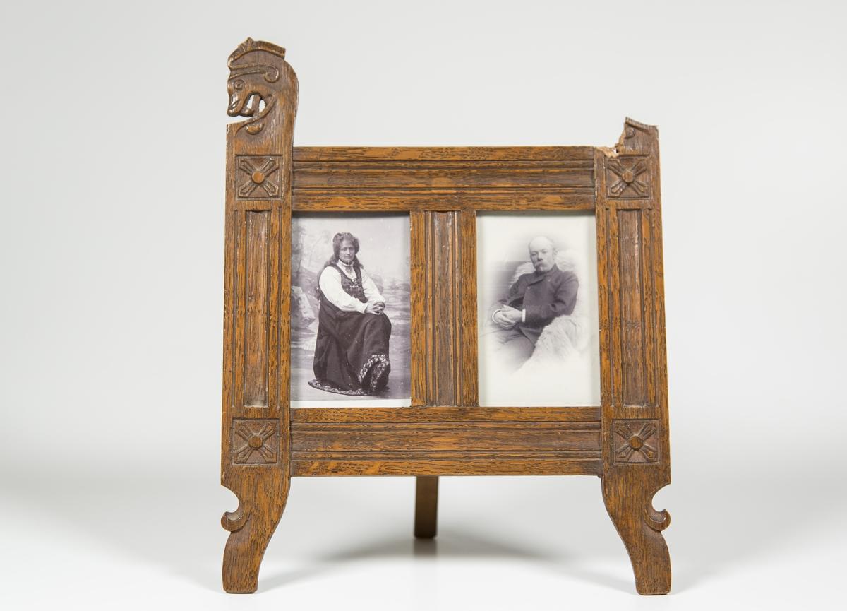 """Venstre foto: Hulda Garborg, med Hulda-drakt, sittende foran """"utendørs""""-bakgrunn. Høyre foto: Arne Garborg sittende på et saueskinn? Ramme utskåret i dragestil."""