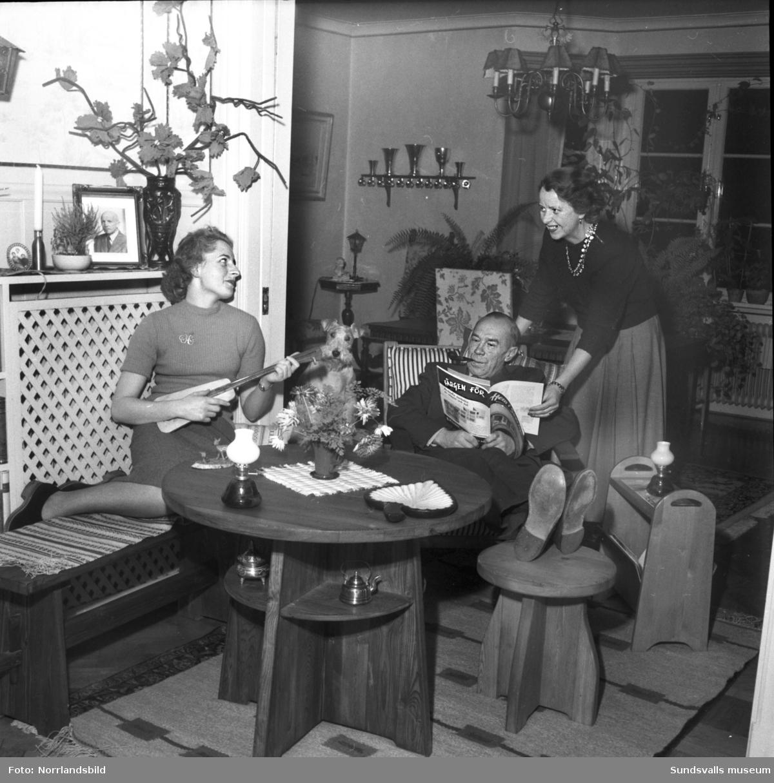 Elever i Snickarskolan: fröken Ann Margret Wall och fru Ruth Ahnby. Bilden i hemmiljö.