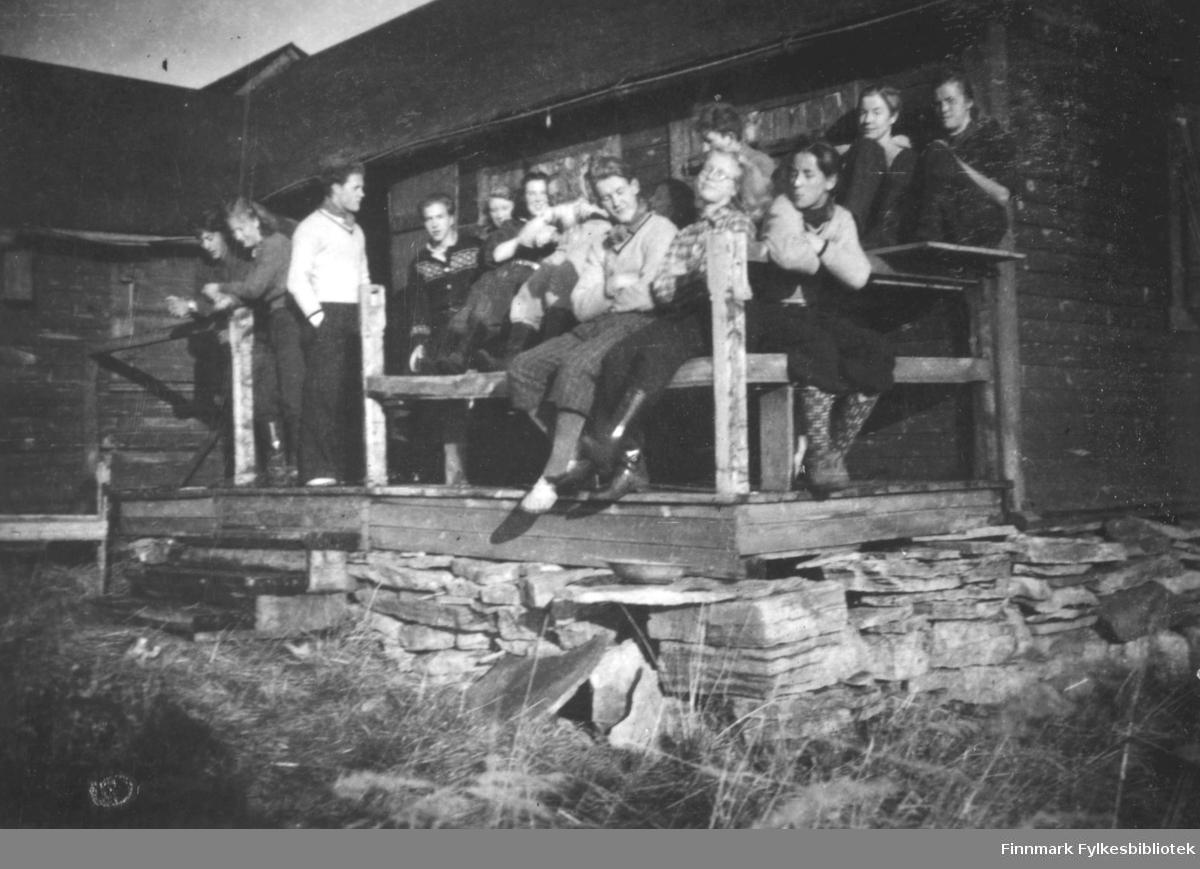 Fra venstre: Alf Olsen/Kvasbø Randi Unsgård, John Isaksen, Harald Riesto, Ingrid Hildonen g.Seppelæ, Ingrid Ellila, Erling Stålseth, Gunhild Movinkel, Jan Danielsen, oppe sitter Bjørn Megrund, Odd Henriksen og Bodil Bjørkli. Gamle Vinika hytta.