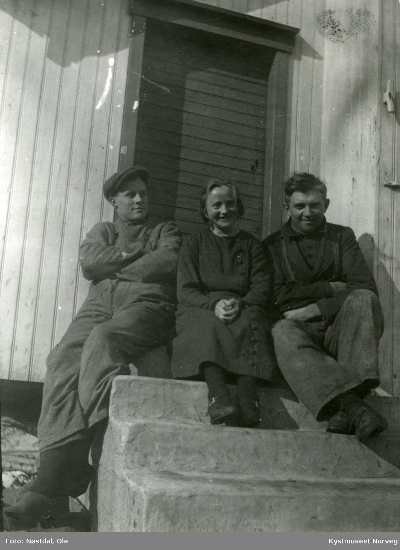 Johan Hasfjord, datteren? Margit og en ukjent i Nordøyan